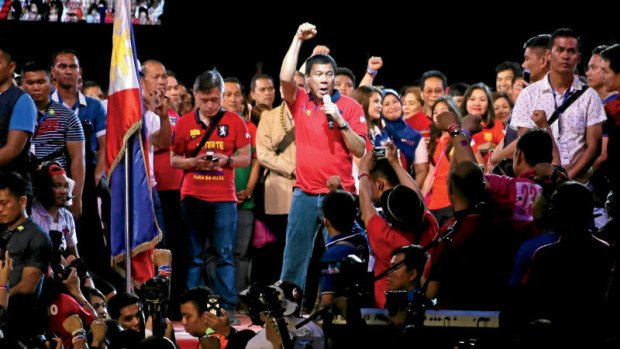 "FINAL SALVO Davao City Mayor Rodrigo Duterte, the front-runner in the presidential race based on survey results, speaks to supporters during his ""miting de avance"" at Quirino Grandstand in Luneta on Saturday. KIMBERLY DELA CRUZ/INQUIRER FILE PHOTO"