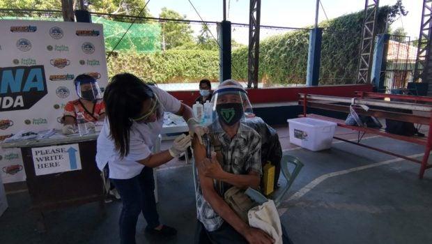 Tagbilaran kicks off COVID-19 vaccination for senior citizens